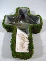 Pflanzkreuz Moos 44x32cm mit Keramikschild
